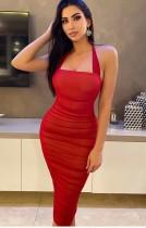 Vestido a media pierna con pliegues y cuello halter rojo formal de verano
