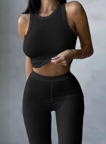 Conjunto de duas peças de calça e blusa básica com nervuras pretas para verão