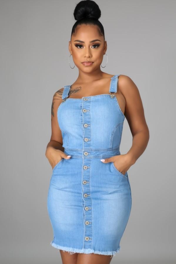 Vestido de mezclilla ceñido con botones y tirantes de verano azul claro