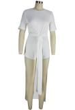 Conjunto a juego de camisa larga con abertura blanca informal de verano y pantalones cortos de motociclista