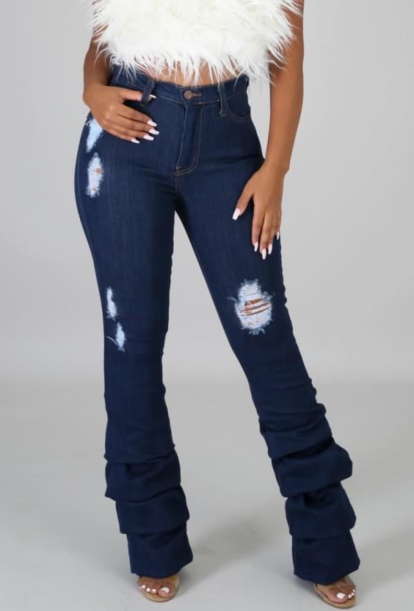Blaue Sommerjeans mit hoher Taille und zerrissenen Stapeln