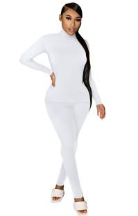 秋のカジュアルな白いタートルネックシャツとパンツのマッチングセット