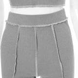 Conjunto de 2 piezas de top corto y pantalones cortos acanalados grises de fiesta de verano