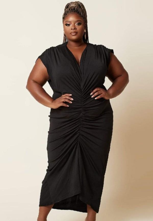 Vestido a media pierna con pliegues y cuello en V negro formal de talla grande de verano