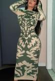 Vestido midi verde con estampado de fiesta de otoño y mangas completas