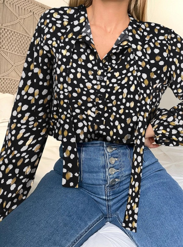 Blusa casual negra con estampado de otoño y mangas completas