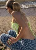 Top de playa con cuello halter irregular de punto blanco y verde de verano