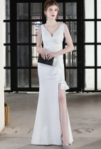 Vestido de noche con cuello en V y hendidura de cadenas blancas formales de verano