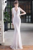 Vestido de noche de sirena con cuello en V y cadenas de lentejuelas blancas formales de verano