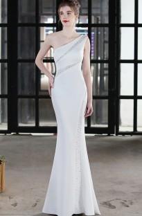 Robe de soirée sirène blanche perlée à une épaule