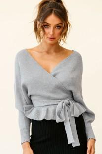 Осенний серый свитер с баской и рукавами «летучая мышь» с запахом и поясом