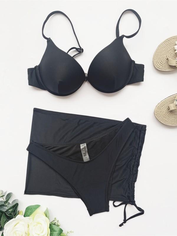 Traje de baño negro de tres piezas con tirantes y push-up