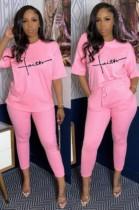 Conjunto de camisa rosa y pantalón a juego con estampado informal de verano