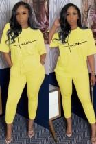 Conjunto de camisa amarilla con estampado informal de verano y pantalón a juego