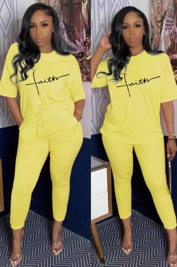 Camicia gialla con stampa casual estiva e set di pantaloni abbinati