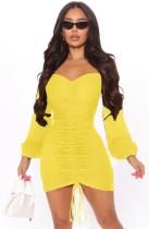 Mini vestido de manga larga con pliegues sin tirantes amarillo de otoño