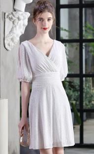 Элегантное белое праздничное платье с короткими рукавами и вырезом на шее с пайетками