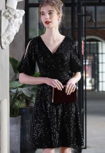 Элегантное черное вечернее платье с короткими рукавами и вырезом с блестками и вырезом