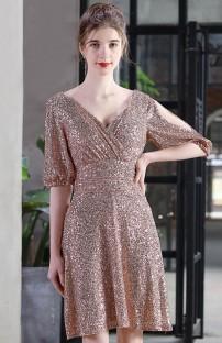 Элегантное вечернее платье с короткими рукавами и вырезом с вырезом из золотых пайеток