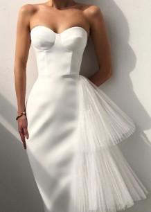 Летнее элегантное чисто-белое вечернее платье без бретелек с сетчатым хвостом