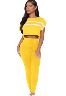 Ensemble de haut court et de pantalons assortis à manches courtes et à rayures jaunes d'été
