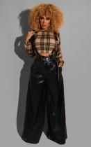 Herbstliche schwarze Lederhose mit hoher Taille und weitem Bein mit Gürtel