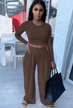 Completo autunno casual marrone corto e pantaloni larghi