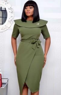 Осеннее офисное профессиональное платье миди с запахом и поясом зеленого цвета