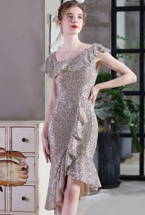 Летнее коктейльное платье с серебряными пайетками и пайетками