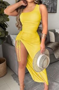 Летнее желтое длинное платье на одно плечо неправильной формы со сборками и рюшами