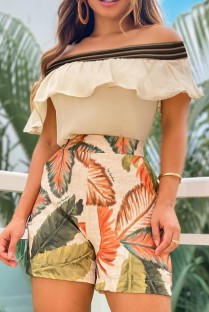 Conjunto de shorts com estampa de folhas e top cáqui caqui com ombros sem babados