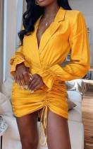 Vestido de manga larga con cuello a medida amarillo de otoño con mini vestido de volantes