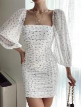Herbstweißes, figurbetontes Kleid mit eckigem Ausschnitt und langen Ärmeln