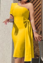 Vestido de cóctel a media pierna de un hombro amarillo formal de otoño