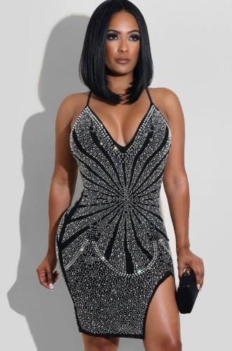 Летнее черное облегающее платье с разрезом на бретелях и бисером