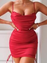 Minivestido con tirantes fruncidos con parche de encaje rojo elegante de verano
