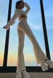 Sommerweiße, gerippte, ausgestellte Schlaghose mit hoher Taille