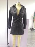 Herbstliches, schwarzes Skaterkleid aus schwarzem Leder mit Knöpfen und Gürtel