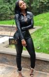 Herbstliches schwarzes Leder-Druckknopf-Oberteil mit offenem Kragen und Skiny-Hose