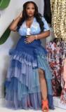 Sommerblaues, gebatiktes, geschichtetes langes Kleid