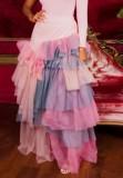 Sommerrosa gebatikt geschichtetes langes Kleid