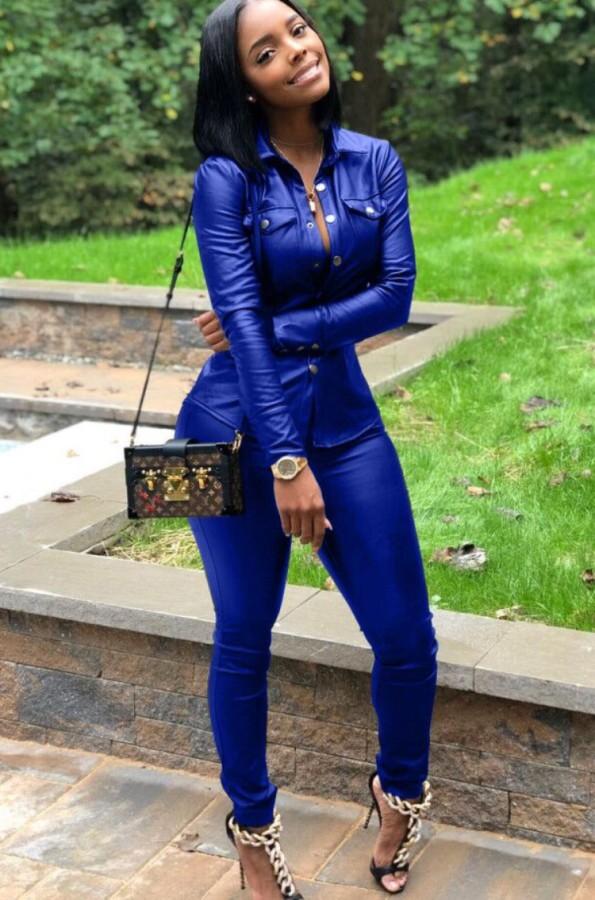 Herbstblaues Leder-Druckknopf-Oberteil mit offenem Kragen und Skiny-Hose