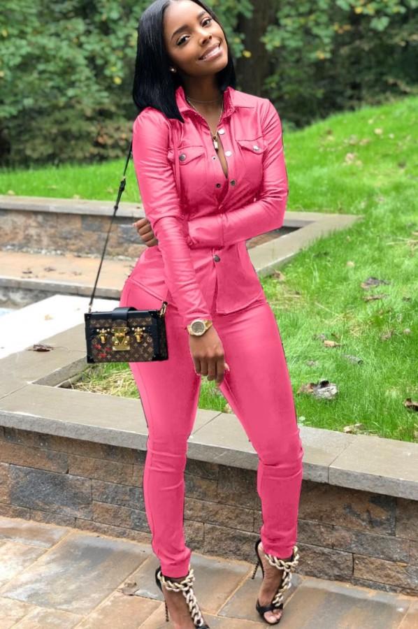 Herbstliches rosafarbenes Leder-Druckknopf-Oberteil mit offenem Kragen und Skiny-Hose