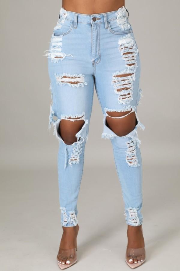Hellblaue, zerrissene, schmale Jeans mit hoher Taille im Herbst