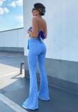 Blaue Jeans mit Glockenboden und hoher Taille im Herbst