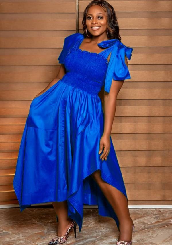 Sommerblaues unregelmäßiges langes Abendkleid mit gebundenem Träger