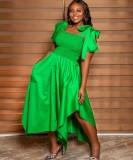 Sommergrünes unregelmäßiges langes Abendkleid mit gebundenem Träger