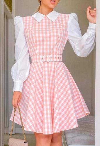 ベルト付きの秋のエレガントな白とピンクの格子縞のスケータードレス