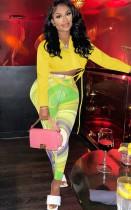 Set camicia corta gialla autunnale e pantaloni slim multicolori a vita alta