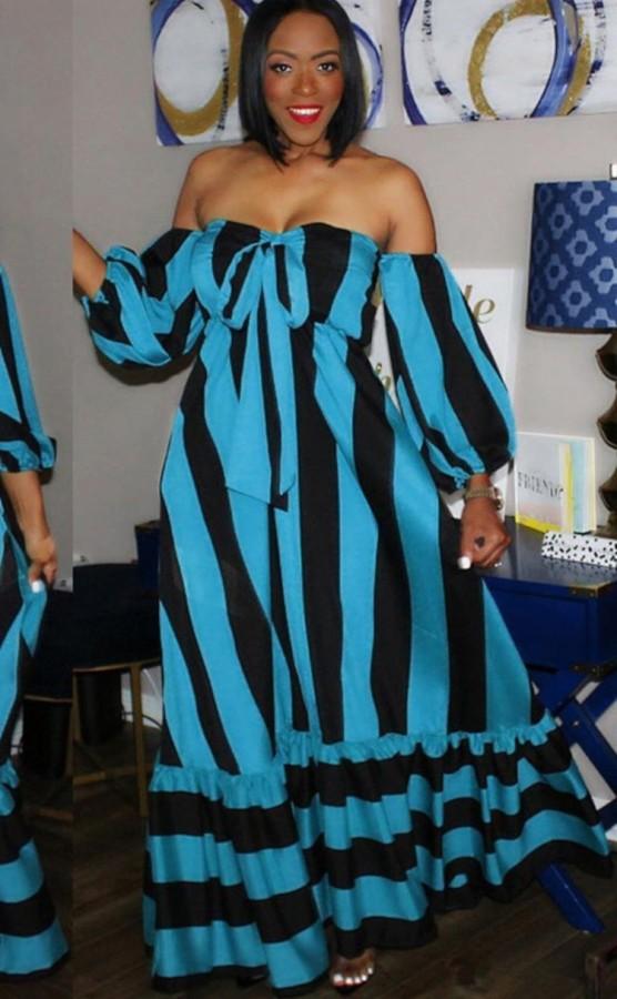 Vestido largo con hombros descubiertos y estampado de rayas azules